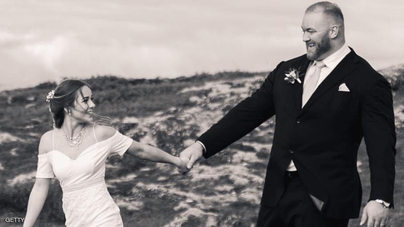 """""""أقوى رجل"""" في العالم يتزوج... ونصف متر يثير جدلاً"""