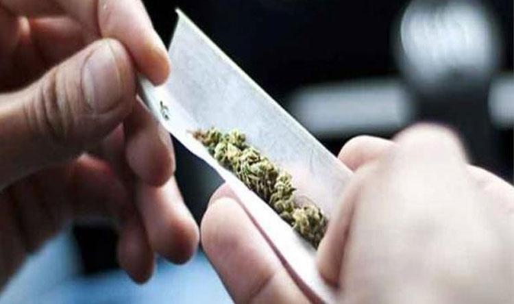 توقيف شخص اقدام على تعاطي المخدرات وترويجها
