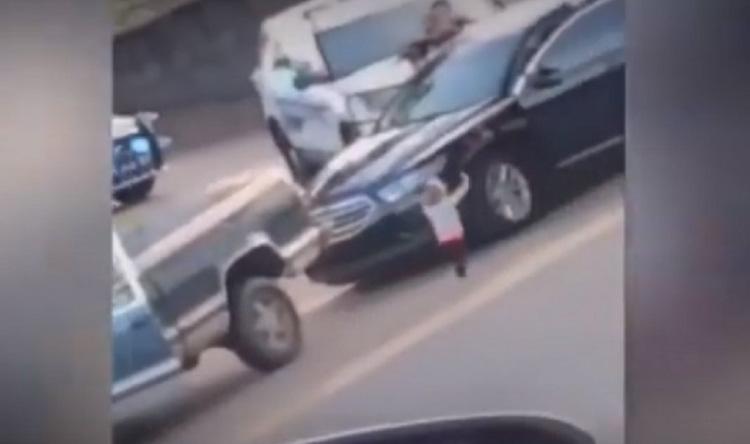بالفيديو: طفلة السنتين تسلم نفسها للشرطة