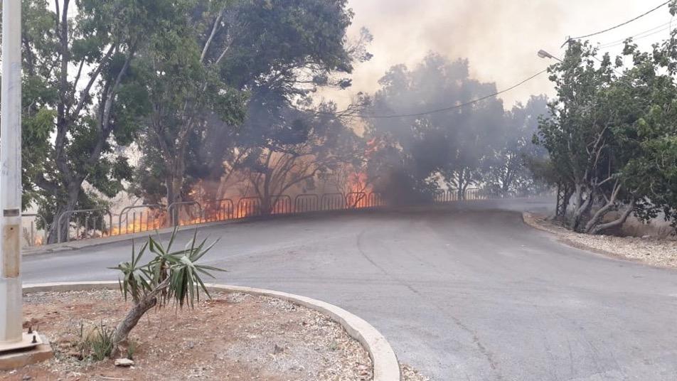 بالصورة: حريق في سلعاتا والدفاع المدني يعمل على اطفائه