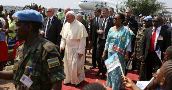 بالصور: البابا يواصل جولته الافريقية ويصل الى بانغي
