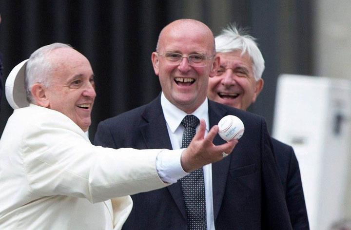 """بالفيديو: البابا والـ""""بيسبول"""" في ساحة الفاتيكان"""