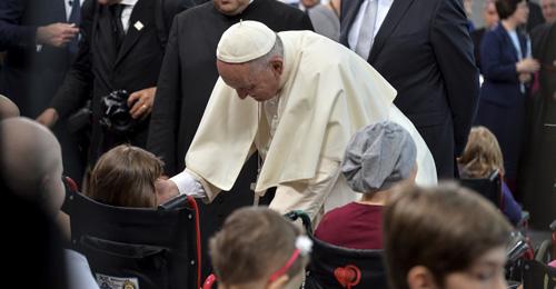"""بالفيديو والصور: يوم مؤثر للبابا فرنسيس في مستشفى الأطفال وبمعسكر الابادة """"اوشفيتز"""""""