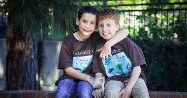 طفل يجمع مليون دولار لعلاج صديقه المريض