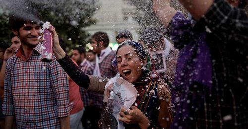 أحكام بالسجن والجلد على المشاركين في النسخة الايرانية من Happy