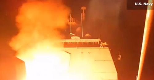 """بالفيديو: لحظة إطلاق صواريخ """"توماهوك"""" اميركية على مواقع """"داعش"""" بسوريا"""
