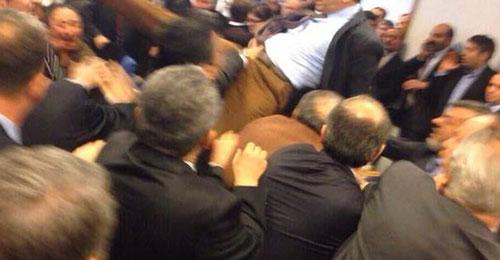 بالفيديو: إشتعلت في البرلمان التركي… عراك ولكمات فعبوات مياه