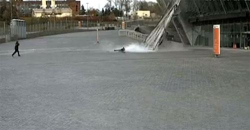 بالفيديو: انهارت واجهة زجاجية على بعد سنتيمترات منها.. فانهارت