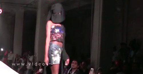 """بالفيديو والصور: عرض أزياء """"نصف عارٍ"""" لفتيات """"منقّبات"""""""