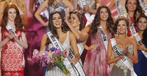 بالفيديو والصور: الكولومبية باولينا فيغا ملكة جمال الكون لعام 2015