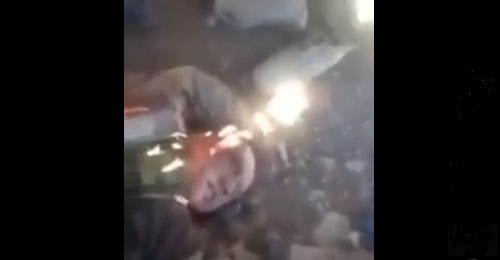 بالفيديو: جثة الطيار الروسي غنيمة بيد المعارضة السورية