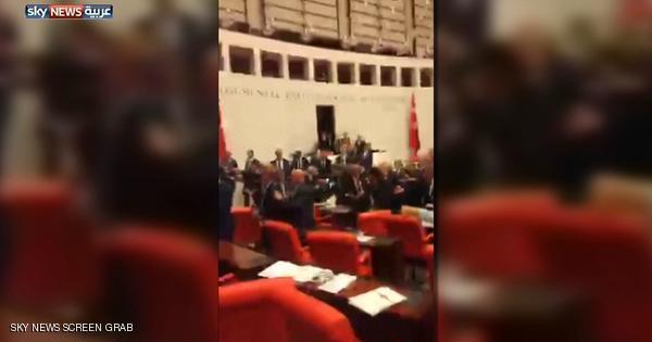 بالفيديو: عراك في البرلمان التركي على خلفية تعديل الدستور