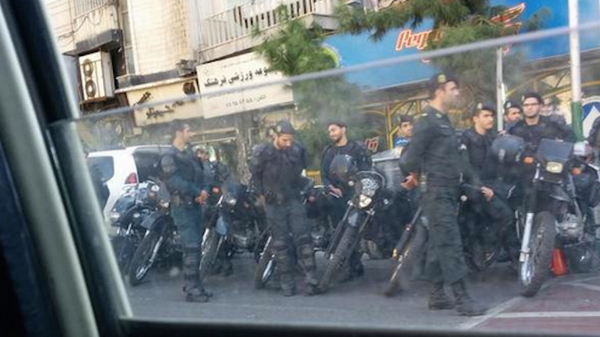 """""""رش النساء بالأسيد"""": طهران تهاجم وتعتقل محتجين على الظاهرة"""