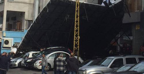 خاص بالفيديو والصور: سقوط لوحة اعلانات على عدد من السيارات ضخمة في الزلقا