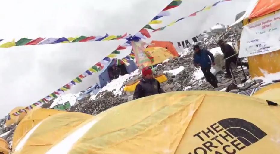 بالفيديو: متسلقو الجبال يصورون لحظة الانهيار الثلجي في جبل ايفرست