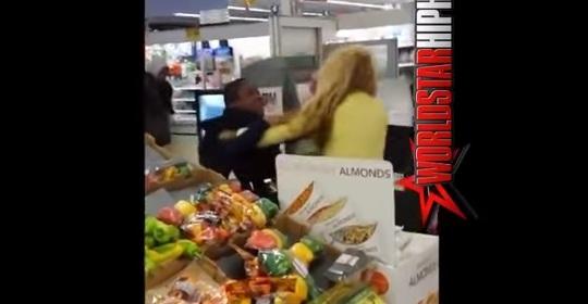 بالفيديو: ضرب وركل بين الام وابنها في ارجاء السوبرماركت!