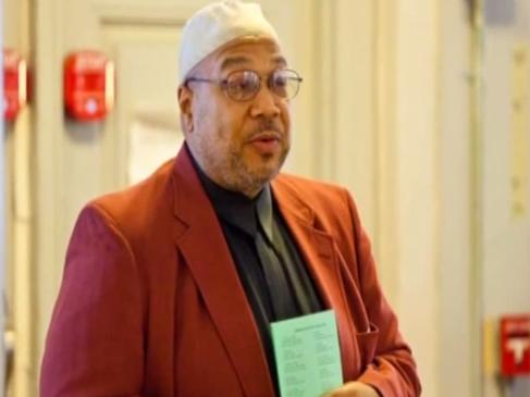 بالفيديو: إمام يشهر مثليّته!
