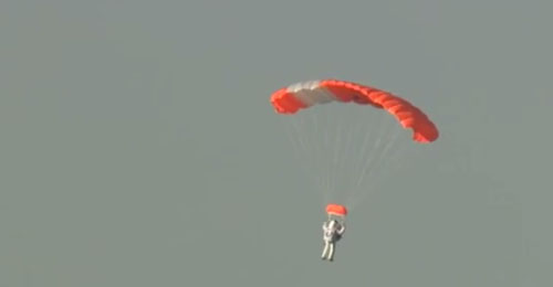 """بالفيديو: أحد كبار مسؤولي """"google"""" يسجل رقما قياسيا بالقفز من ارتفاع يزيد عن 40 كيلومترا"""