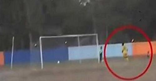 بالفيديو: فريقان يفرَّان من الانتصار خوفاً من مواجهة نادي عصابات المافيا!