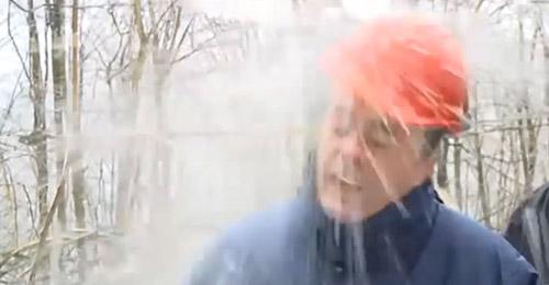 بالفيديو: كتلة من الثلج تصيب وزيراً خلال حديث تلفزيوني!