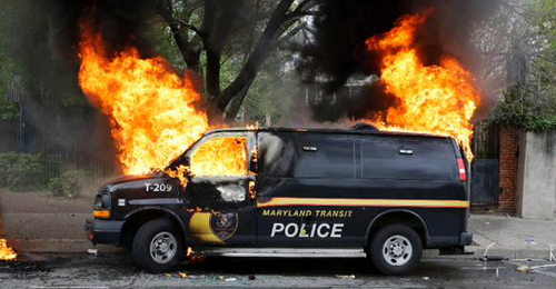 بالفيديو والصور: مدينة بالتيمور تنزلق نحو العنف… واصابة 7 من ضباط الشرطة