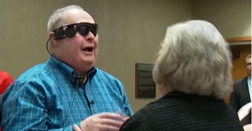 بالفيديو: بعد 10 سنوات… رجل أعمى يرى زوجته
