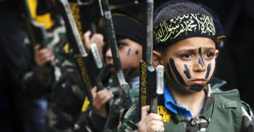 """بالفيديو: أطفال """"داعش"""" يتوعدون """"الكفّار"""" بالذبح!"""