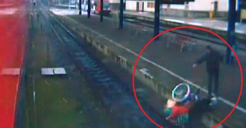 بالفيديو: شاب يدفع امرأة سبعينيّة على كرسيها المتحرّك نحو سكّة القطار!