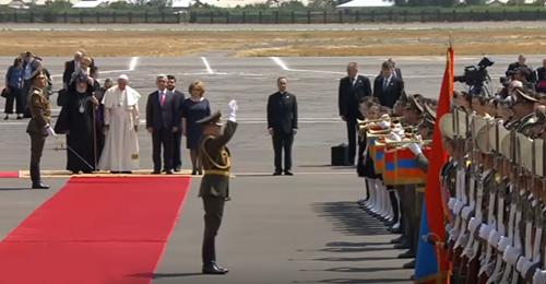 بالفيديو: استقبال عسكري للبابا فرنسيس في ارمينيا… وهذا ما قاله