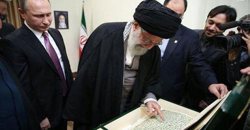 بالصور: مخطوطة القرآن التي أهداها بوتين لخامنئي ليست أصلية