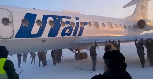 بالفيديو: ركاب يدفعون طائرة روسية تجمدت بهدف تشغيلها
