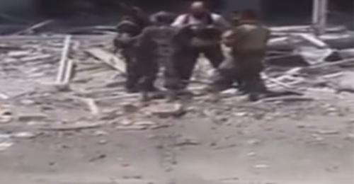 """بالفيديو: قبلات بين مسلحي الزبداني و""""حزب الله"""" أثناء الهدنة"""