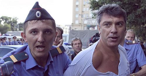 بالصور: إغتيال معارض روسي بارز قرب أسوار الكرملين