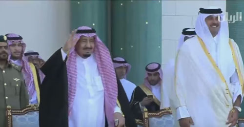 """بالفيديو: العاهل السعودي """"يرقص"""" بالعصا في قطر"""