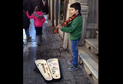 بالفيديو: طفل نازح… عازف كمان