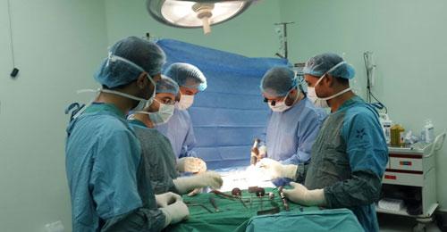 بعد جراحة ختم جمجمة الرأس مع أعلى الرقبة… الجراح الشاب شربل مسلم يسطع أميركياً