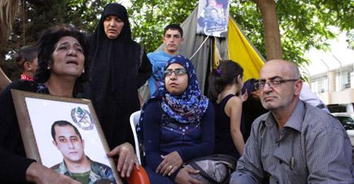 """الطريق التي ستقطع الجمعة لن تفتح… أهالي العسكريين: """"حزب الله"""" أصبح أقوى من الدولة وما قام به استفزنا كثيرا"""