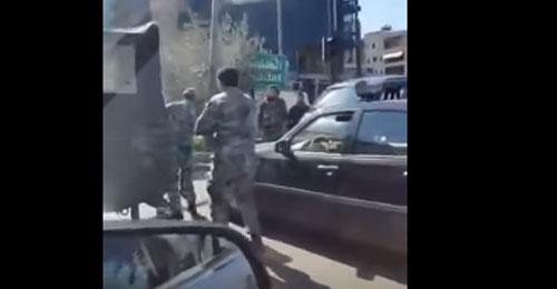 بالفيديو: إشارة حمراء تُشعل خلافاً بين عناصر من الجيش وقوى الامن