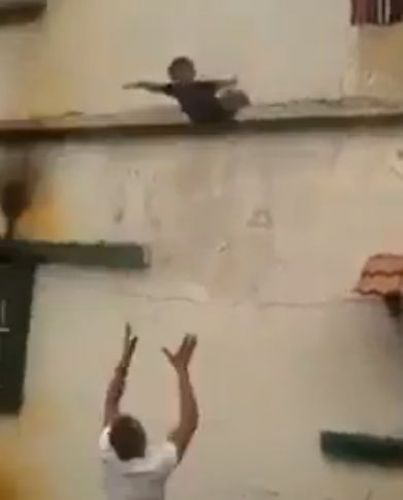 بالفيديو: حين قفز الطفل ظافر من المبنى بتشجيع من أهله!