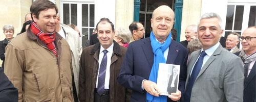 """""""القوات"""" – فرنسا تهدي جوبييه كتاب """"سمير جعجع – حياة وتحديات"""""""