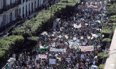 """""""الحراك"""" الجزائري مصرّ على تأجيل """"الرئاسية"""""""