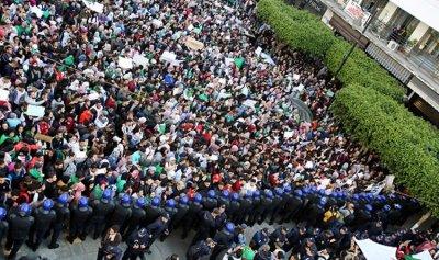 متظاهرو الجزائر: السلطة الى الحجز