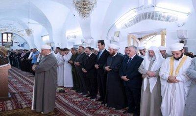 بالصورة: الأسد يؤدي صلاة عيد الفطر في جامع النوري وسط حماة