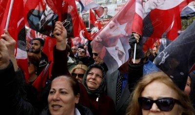 السفارة التركية دانت احراق علم بلدها