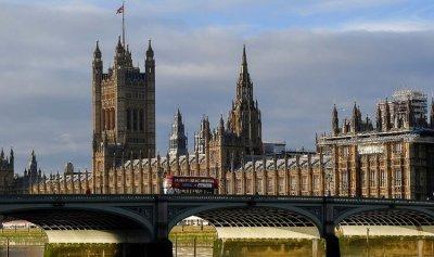 تنكيس الأعلام بعد مقتل نائب بالبرلمان في بريطانيا