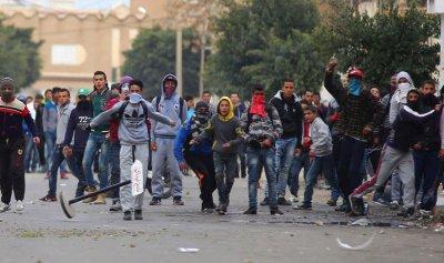 اشتباكات بين الأمن والمحتجين في تونس