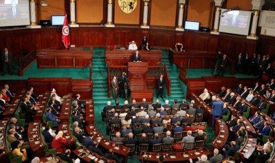 أمر رئاسي تونسي يعلق عمل البرلمان ويرفع الحصانة عن النواب