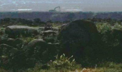 آلية إسرائيليّة ترفع سواتر ترابية مقابل منتزهات الوزاني