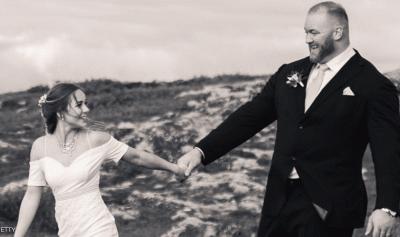 """""""أقوى رجل"""" في العالم يتزوج… ونصف متر يثير جدلاً"""