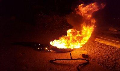 بالفيديو: قطع طريق أنفة بالإطارات المشتعلة